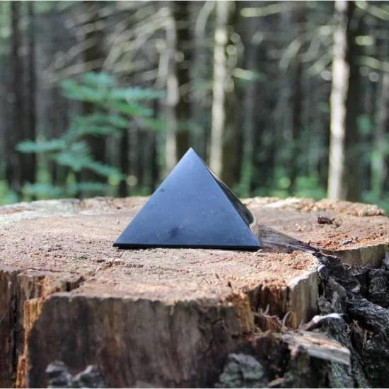 Polert shungitt pyramide